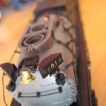 Valódi réz harang a világító mozdonyazonosító táblák között